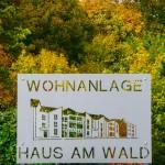Wohnanlage Haus am Wald Ratingen - Logoschild im Eingangsbereich