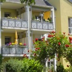 Wohnanlage Haus am Wald Ratingen - Blick auf Balkone zur Sommerzeit