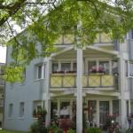 Wohnanlage Haus am Wald Ratingen - Rückseite des Hauses mit Blick auf Balkon und Terrasse